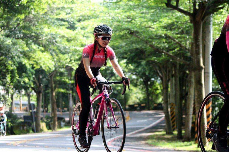 正妹老師朱珮綸,透過跑步、騎單車,不斷挑戰自我。圖片由朱珮綸授權「有肌勵」刊登