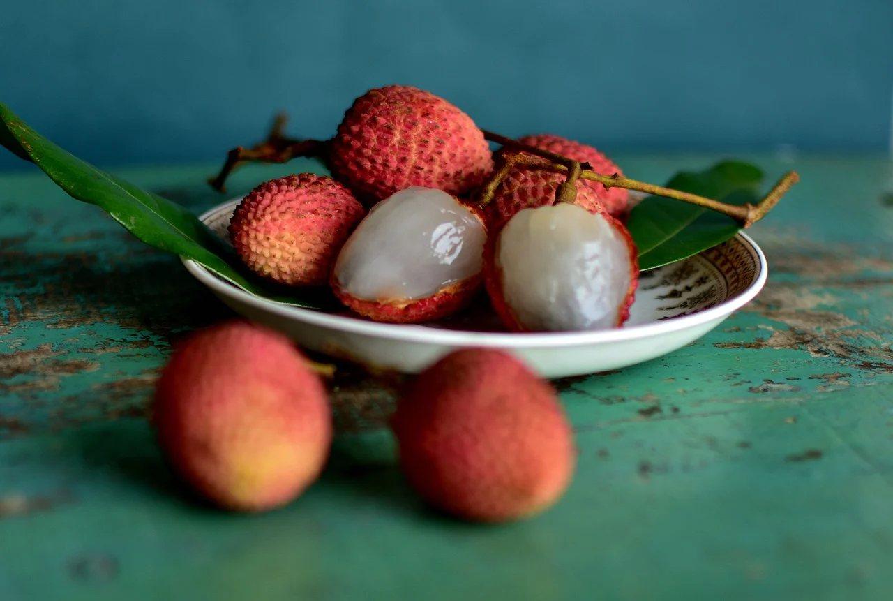 荔枝的醣分高,吃的時候要限量。 圖/pixabay