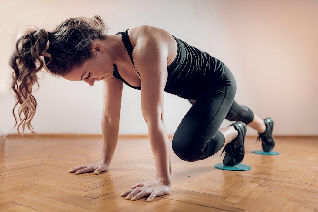 1+1雙人核心訓練,不只鍛鍊身體,還能增進感情。圖/Canva