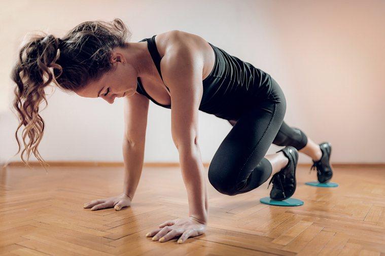 1+1雙人核心訓練,不只鍛鍊身體,還能增進感情。圖/Shutterstock