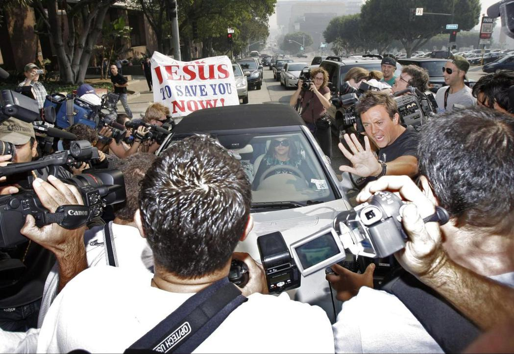 女人真的有拒絕的可能和空間嗎?圖為2007年資料照片,小甜甜布蘭妮被媒體記者與攝影機團團包圍。 圖/美聯社