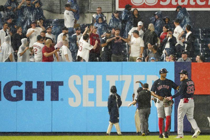一位洋基球迷丟球砸中紅襪左外野手佛度戈背部,遭大聯盟列入黑名單。 美聯社