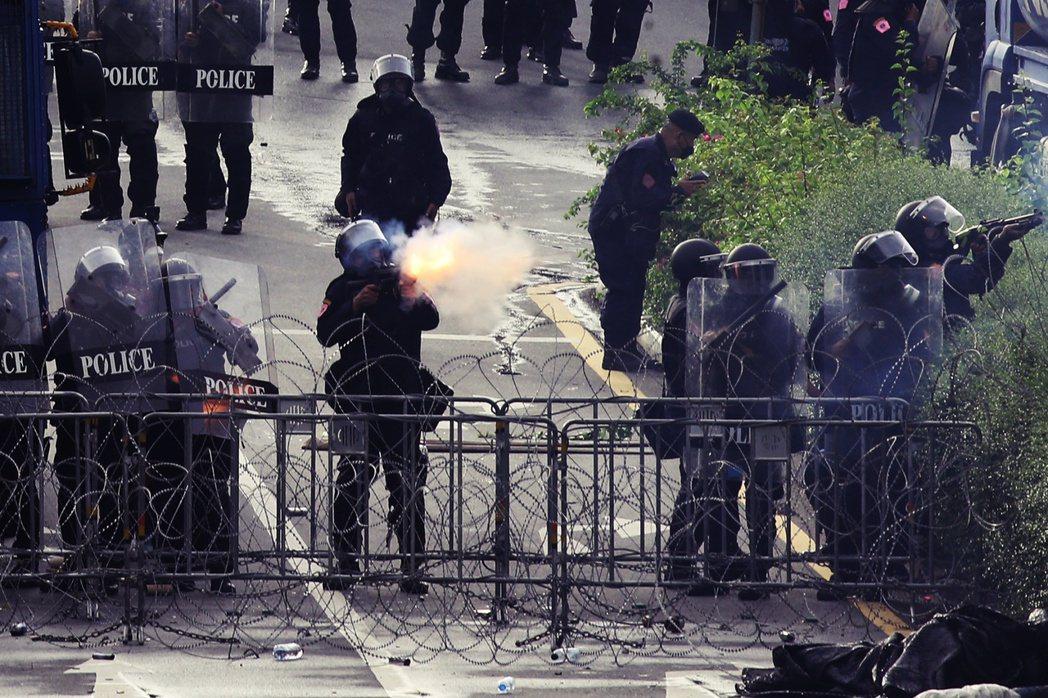 「泰國當務之急,是該把泰皇和軍警預算用來防疫!」泰國的學運民主抗爭在18日邁入一...