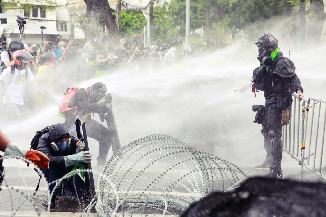 而當這群和平示威者推進到政府大樓前,試圖衝破鐵絲網時,警方在那裡部屬了超過1,5...