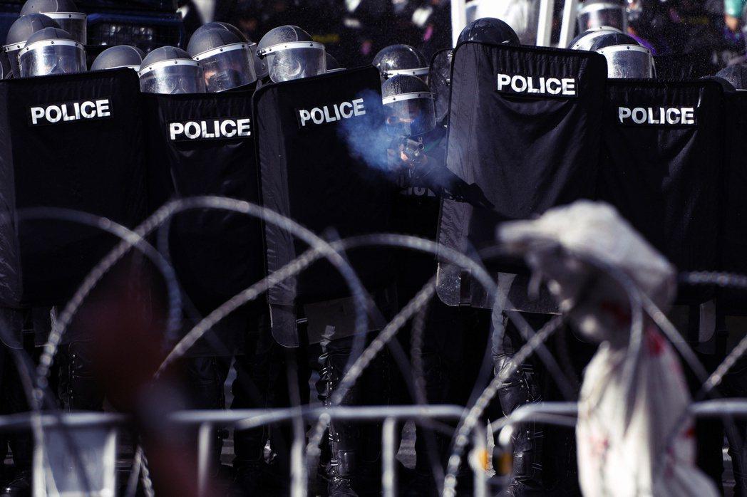 在曼谷的和平示威中,政府再度部屬了超過1,500名警方嚴陣以待,出動催淚瓦斯、橡...