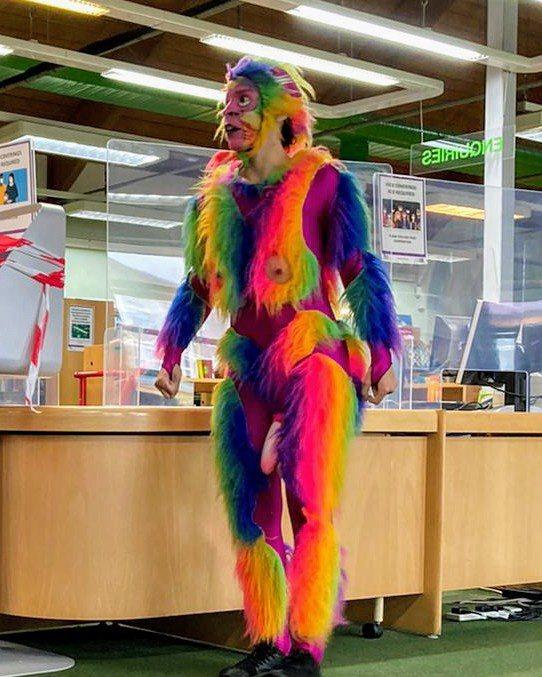 戴假陽具、穿猴子裝的演員「推廣兒童閱讀」。圖/取自twitter@HasAhmed