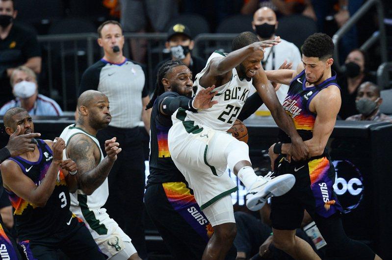NBA公布第5戰最後2分鐘的裁判報告,顯示有2次對太陽有利的漏判。 路透