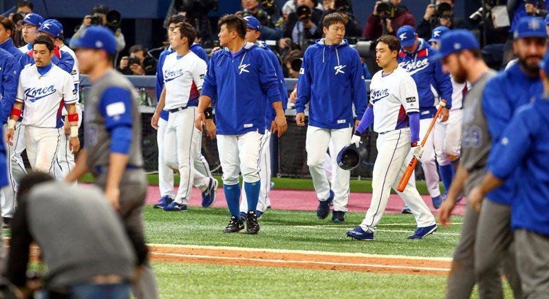 韓國隊在2017年經典賽首戰以2比1落敗,球員難掩失落。 聯合報系資料照/記者侯永全攝影