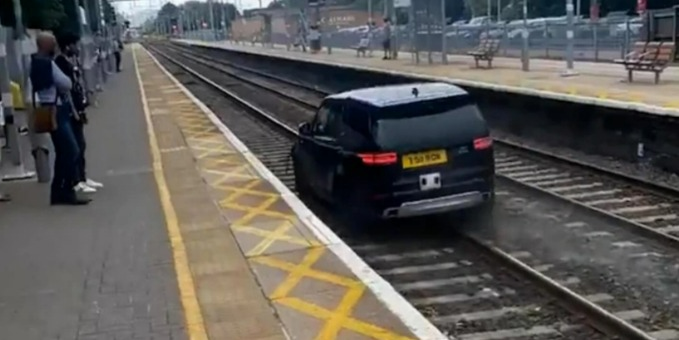 偷車駕駛一路逃到火車鐵軌上。圖/取自thesun