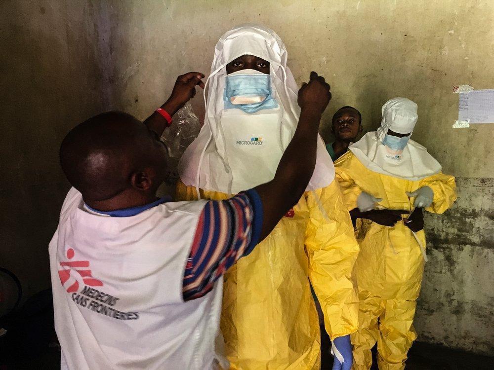 剛果共和國的伊波拉治療中心內,無國界醫生團隊冒著風險深入疫區替病人治療。 圖/無...