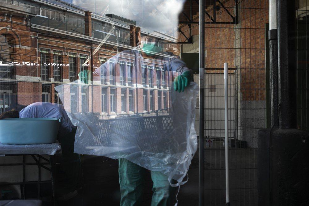 一位醫療人員正在清洗和消毒防護裝備。 圖/©Albert Masias/MSF提...