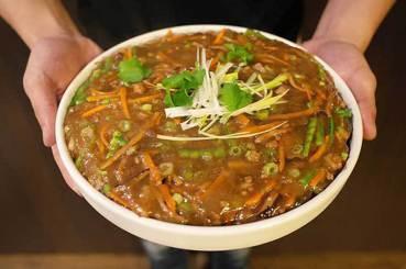 飲食文學中的情感記憶:王宣一的紅燒牛肉與洪愛珠的兜麵
