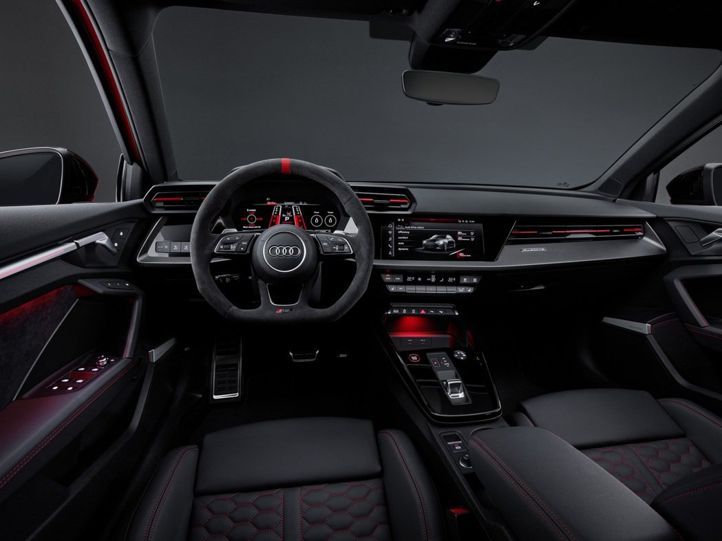 充滿戰鬥氣息的內裝以及豐富顯示介面的Audi虛擬座艙,一就是Audi RS專屬的...
