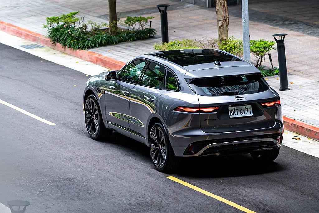 小改款Jaguar F-Pace延續家族特徵採倒U字型設計後保桿與隱身其內的排氣...