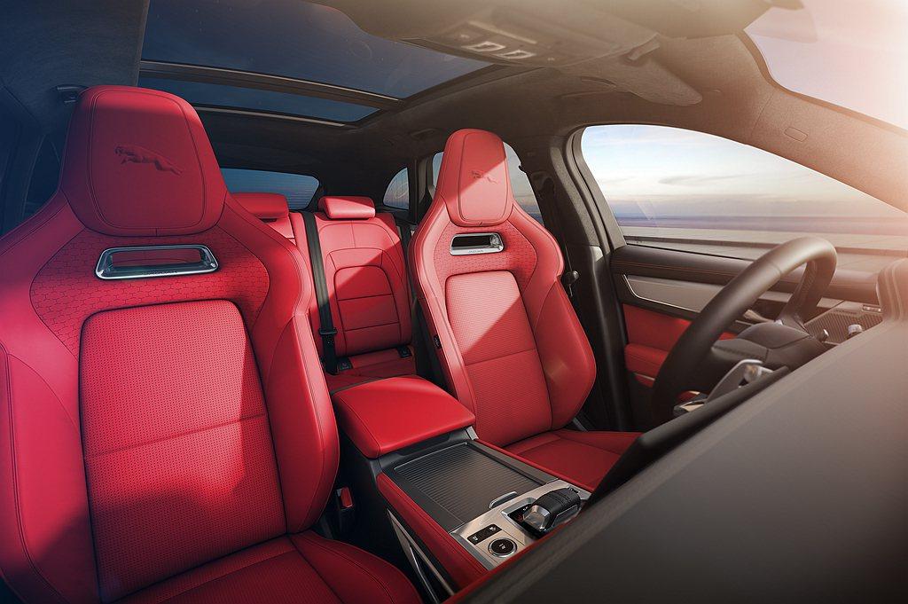 小改款Jaguar F-Pace全車座椅採用高級粒面皮革,雙前座頭枕處印有3D躍...