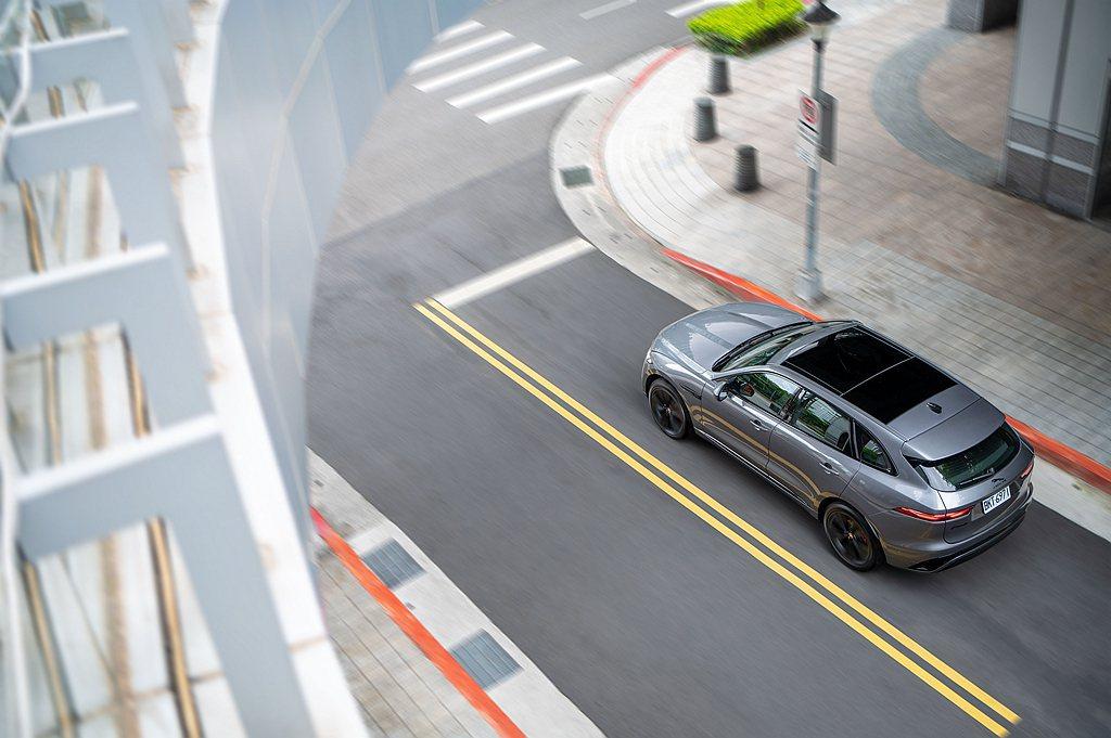 小改款Jaguar F-Pace全車系標配先進的主被動安全防護系統,包含360度...