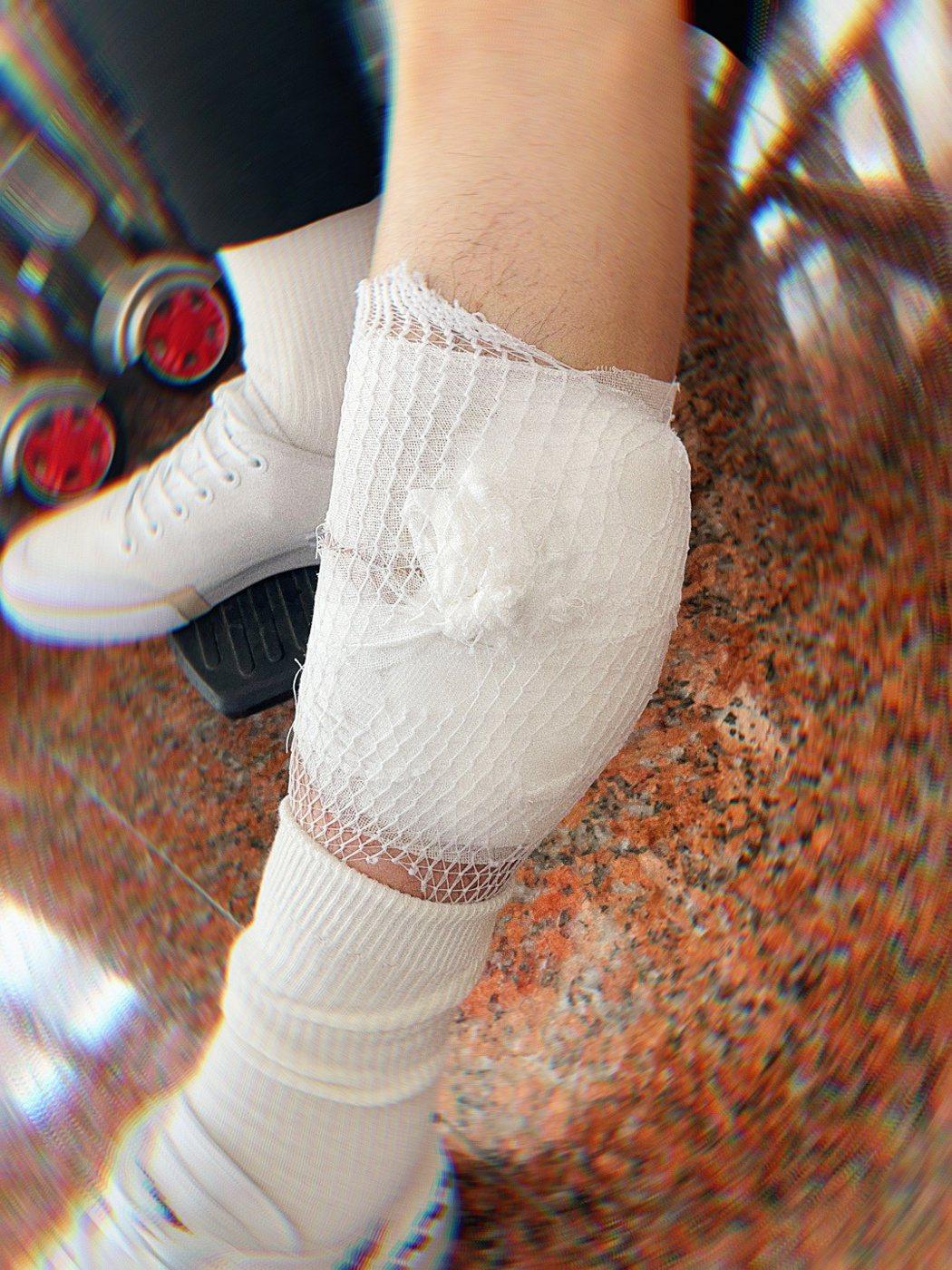 陳立農受傷做輪椅。圖/擷自微博