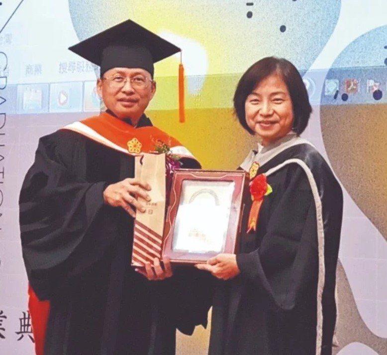諸葛芳(右)去年以優異成績從高科大文創所畢業,是班上第一位完成論文者,足見她的學...