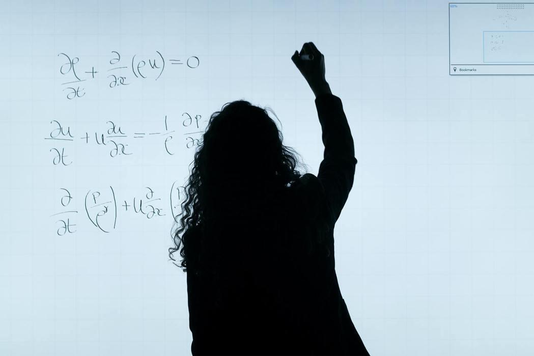 當大家都具備相同數學能力時,女同學卻比男同學更不傾向選擇理組。 圖/Pixaba...