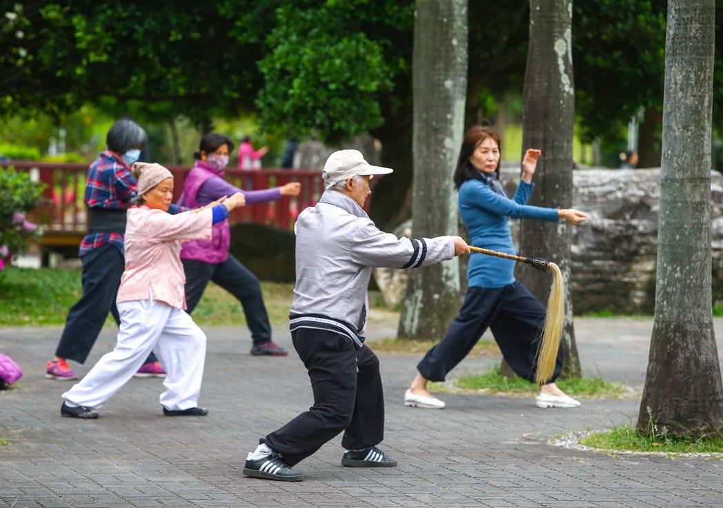 圖為長者在公園內運動。記者陳柏亨/攝影