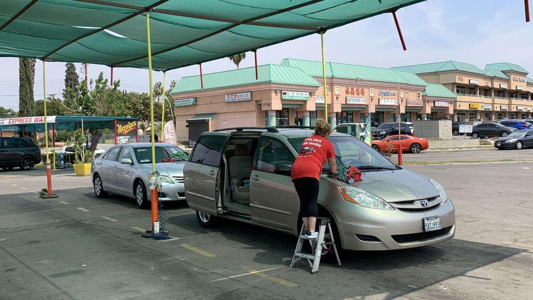 洗車工人移車時不慎撞傷經過的路人,汽車第三責任險到底該不該理賠?圖為非新聞事件當...