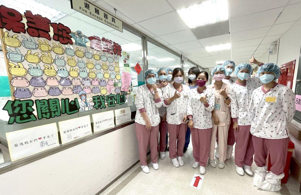 奇美醫學中心護理部COVID-19(新冠肺炎)專責病房護理長陳惠滿(前排左三)率...