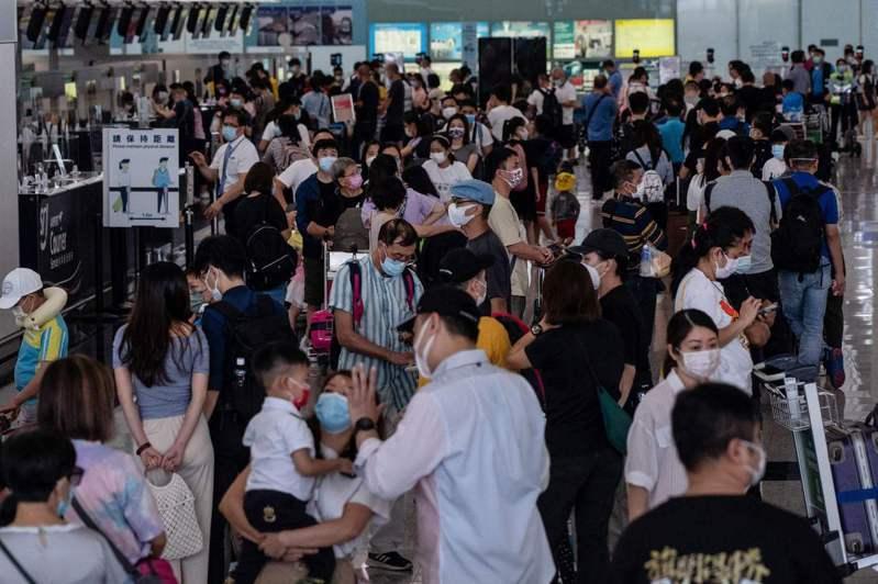 香港國際機場最近幾天出現移居英國的人潮。 法新社