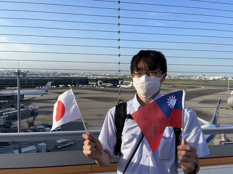 東京奧運中華代表團選手搭乘華航班機抵達羽田機場。日本學生永川日都在展望台持兩國國旗接機。中央社