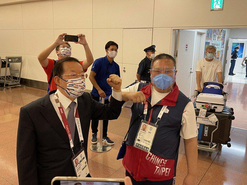 駐日代表謝長廷(左)與中華奧會主席林鴻道。 中央社