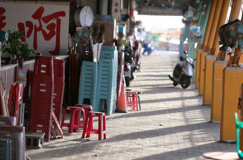 疫情微解封首個週末,東港魚市場低迷買氣逐漸回溫,圖為屏東華僑市場現況。記者劉學聖/攝影 劉學聖