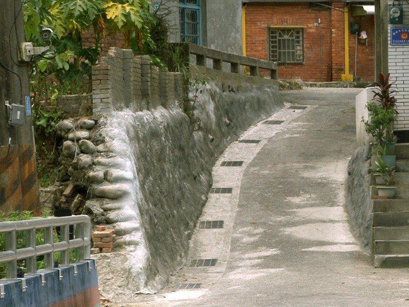 平溪火車站後方的中華街9鄰,原本路幅狹窄,區公所將矮牆拆除以噴漿固定,讓路寬更適宜通行 圖/觀天下有線電視提供
