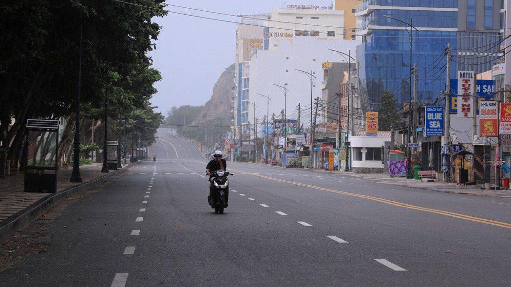 越南疫情越趨嚴重,台商配合當地政府防疫措施,陸續公告停工。美聯社