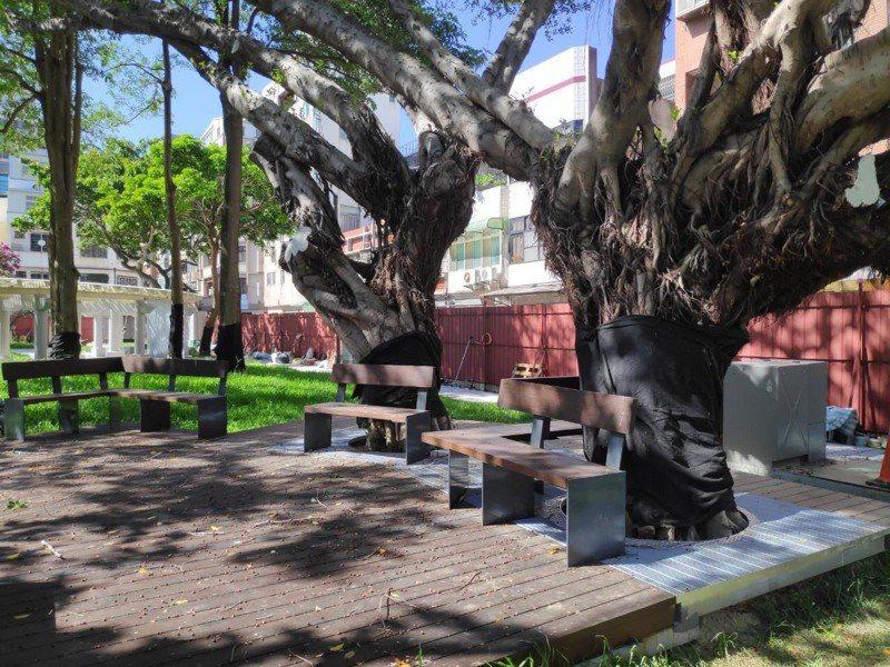 市府去年再啟動「進擊的公園2.0」計畫,改造10座公園,其中第一座「興南公園」改善植栽、鋪面、排水、燈光,整修涼亭與迴廊,綠地面積從13%增至45%,將於8月完工。圖/市府提供