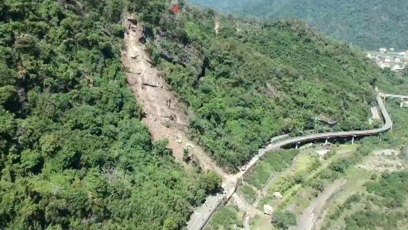 苗62線2公里處大崩山,數噸重大石頭砸落路面,讓人觸目心驚。圖/苗栗縣政府提供