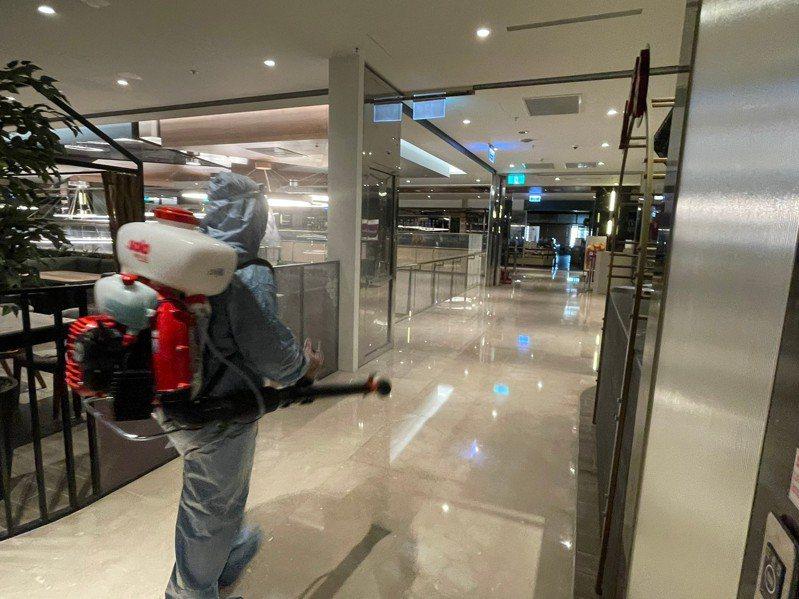 高雄義享時尚廣場今天上午依照指示,配合閉館清消。圖/義享時尚廣場提供