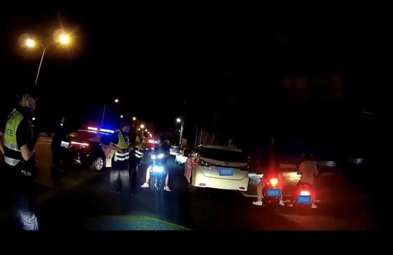 苗栗警方昨天凌晨在台1線通霄外環道,及台72線快速公路後龍至苗栗段,攔查60輛汽...