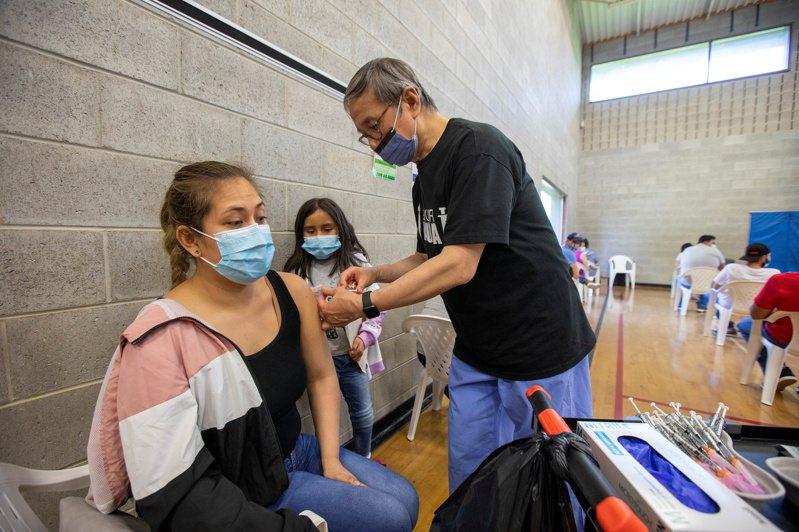 加拿大完整接種新冠疫苗的人口比率達48.8%,超越美國。路透