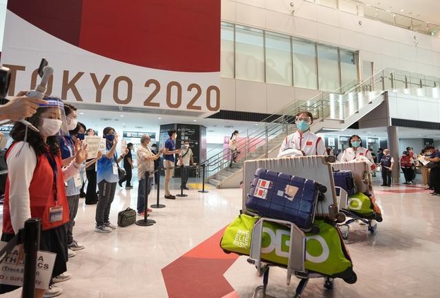 大陸女子曲棍球隊成員抵達東京成田機場。新華社