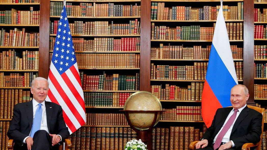 美國總統拜登(左)6月中旬在日內瓦峰會上,就網路安全議題向俄羅斯總統普亭(右)施...