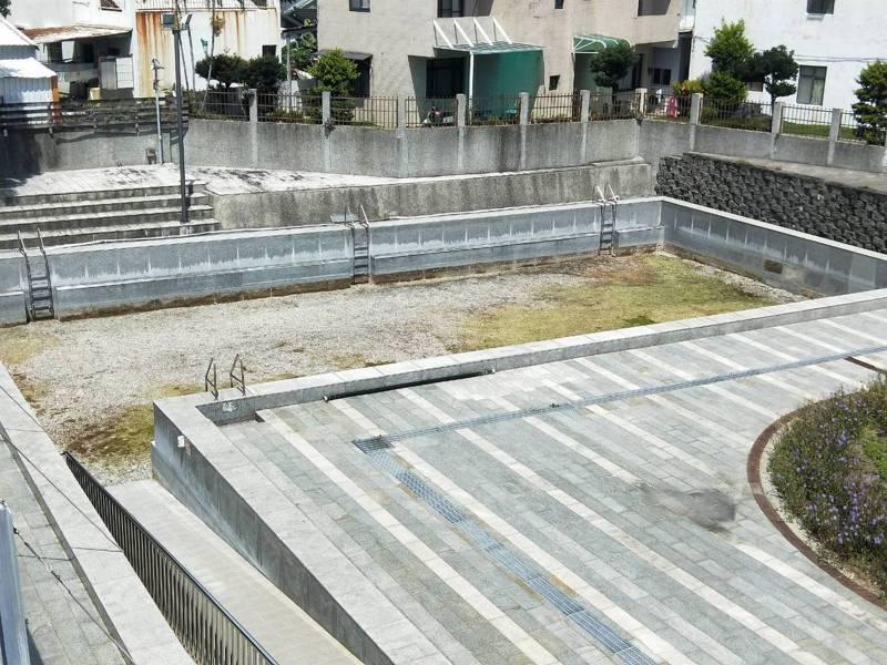 台東市立游泳池的小池已經完全乾枯。記者施鴻基/攝影
