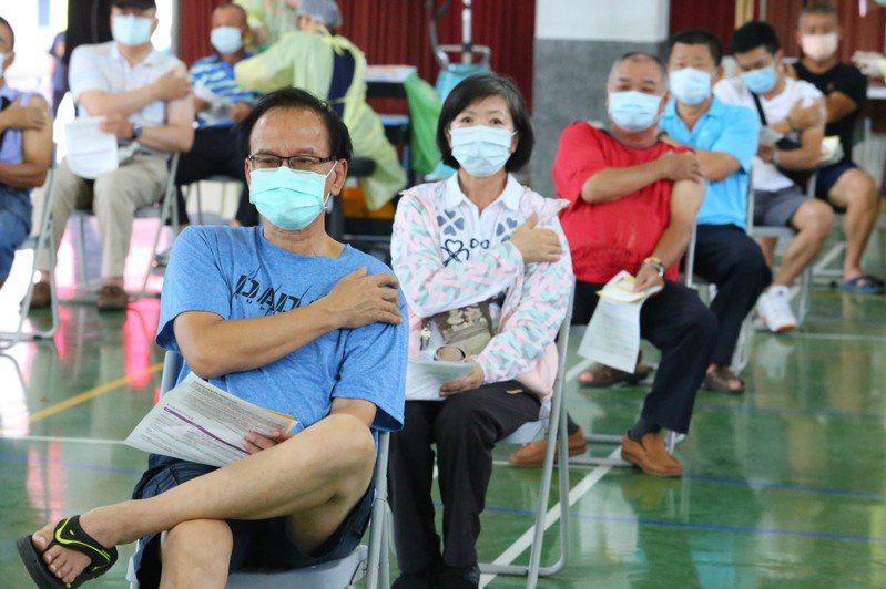 嘉義縣政府教育處目前已著手規劃縣內國高中教職員施打疫苗,希望能在開學前完成施打,提升校園防護力。圖為民眾接種疫苗。圖/嘉義縣府提供