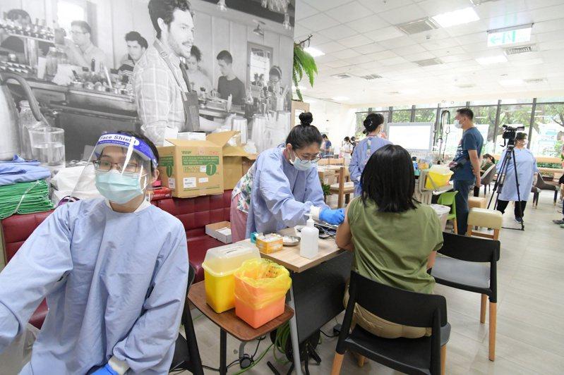彰化縣從今天(19)日起到22日,一連4天,為全縣7384名國小教職員工施打新冠肺炎疫苗。圖為彰化秀傳醫院施打情況。記者劉明岩/攝影