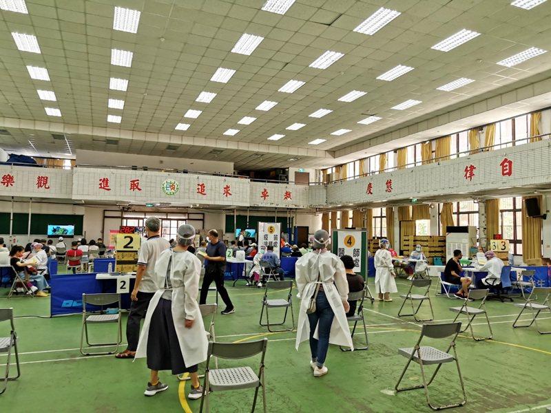 桃園市各接種站恢復全民預約打疫苗,民眾依時間接種,不見一起群聚接種。記者曾增勳/攝影
