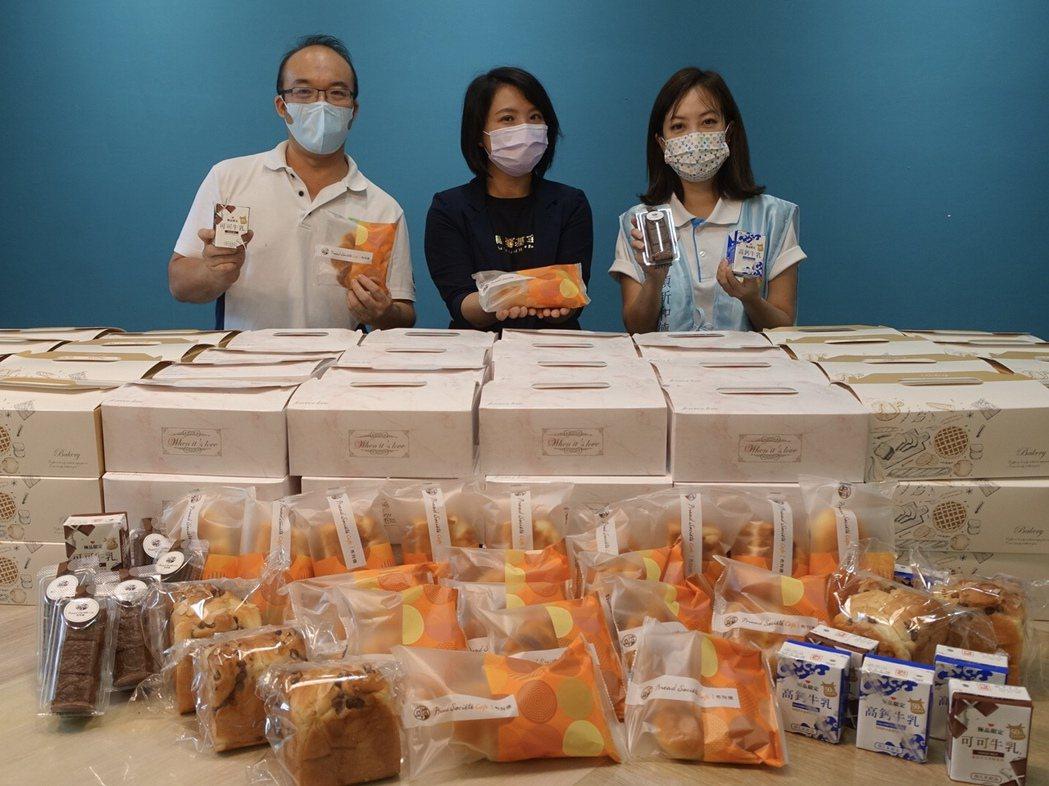 頂新和德文教基金會及布列德麵包,攜手提供勵馨每周100份麵包盒。左起為布列德麵包...