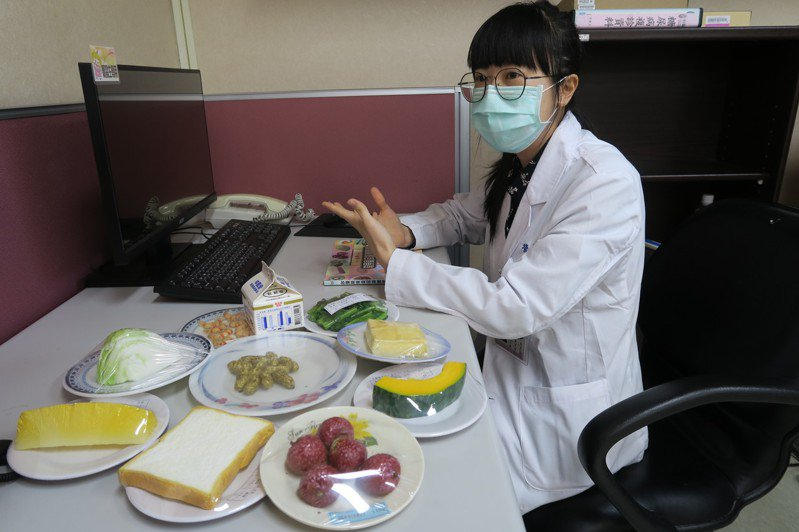衛福部彰化醫院營養師凃君蓓建議,宅在家更要均衡飲食,不能吃過量零食。圖/彰化醫院提供