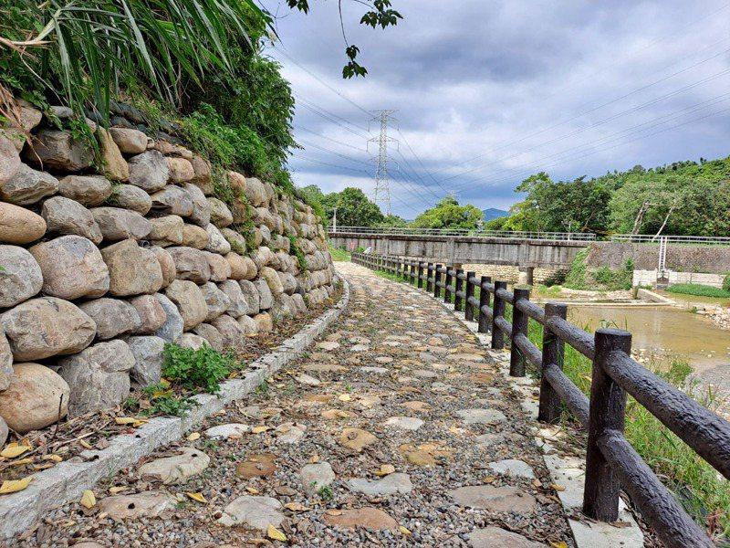 桃園市府水務局整治龍潭區清水坑溪和完成步道、親水設施,增加民眾休憩去處。圖/ 市府水務局提供