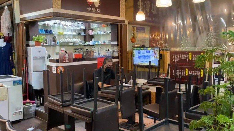 基隆市仁愛市場楊姓咖啡坊業者在座位區喝咖啡,被市府舉發違反防疫規定,依傳染病防治法可處3000元到1萬5000元罰鍰。記者邱瑞杰/翻攝