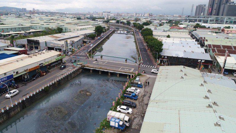 貴子坑溪施工前流速緩慢充斥惡臭。圖/新北市水利局提供