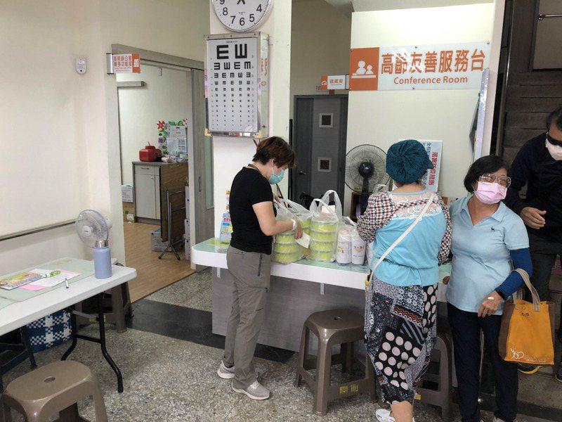 救國團台南地區義工送便當飲料, 給基層打疫苗人員打氣。記者周宗禎/攝影