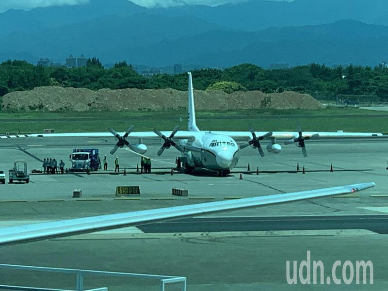 美國1架C-130運輸機19日中午12時14分降落桃園機場,停放615機坪裝卸貨物。記者陳嘉寧/攝影